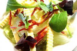 イベリコチョリソーとチーズのサラダ