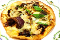 キノコと牛スジのブラウンソースピザ