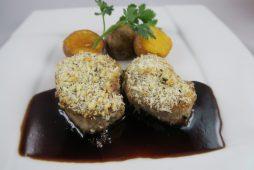ポークフィレ肉の黒胡椒パン粉焼き 赤ワインソース